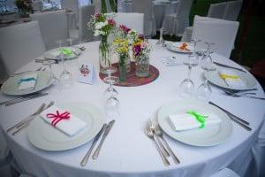 Dettagli di un tavolo molto colorato, allestito per un matrimonio davvero ricco di colori, presso Masseria La Morella