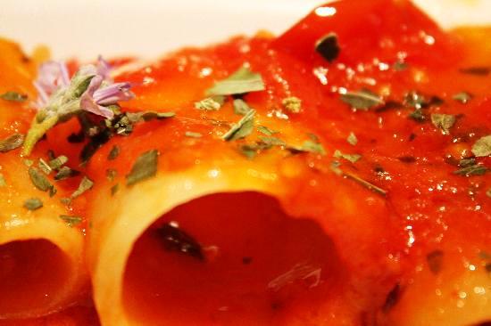 Paccheri allo scarpariello preparati con passata di pomodorini della Morella