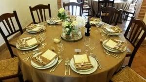 Un esempio di allestimento del tavolo , nelle sale interne della Masseria La Morella